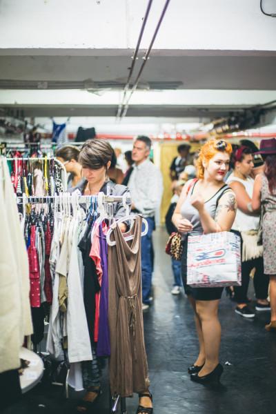 Vide dressing à Strasbourg, vendeuses et clientes stand