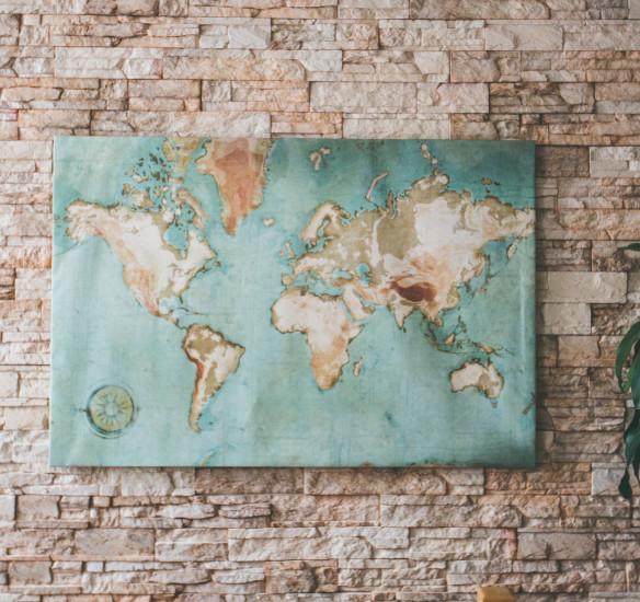 Une toile façon map Monde ancienne dans mon salon avec Scenolia