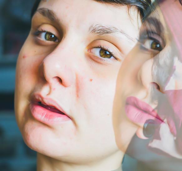 Tuto makeup : un teint de pêche & des yeux charbonneux