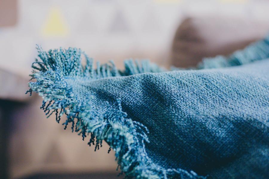 1-coussinmoonjaneiro-jaune-coussingabriel-bleu-toilesdemayenne-chat-chaperchee-blog-lifestyle-strasbourg-decoration-salon-ambiance-cosy