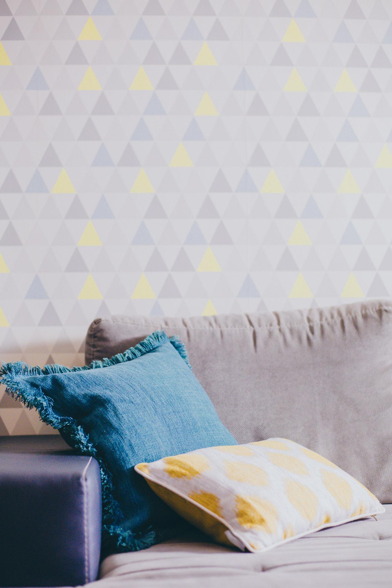 6-coussinmoonjaneiro-jaune-coussingabriel-bleu-toilesdemayenne-photocouverture-chaperchee-blog-lifestyle-strasbourg-decoration-salon-ambiance-cosy