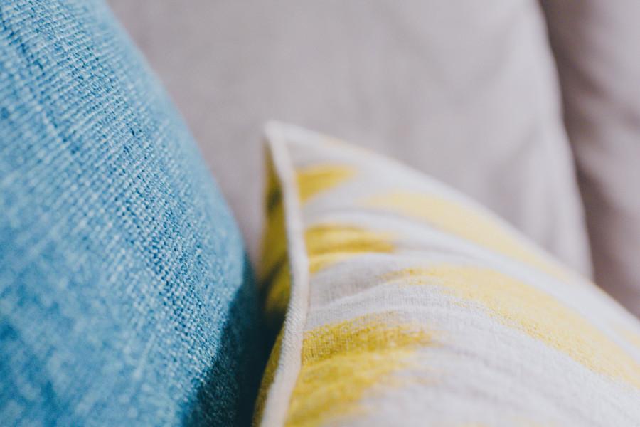 8-coussinmoonjaneiro-jaune-coussingabriel-bleu-portrait-toilesdemayenne-chat-chaperchee-blog-lifestyle-strasbourg-decoration-salon-ambiance-cosy