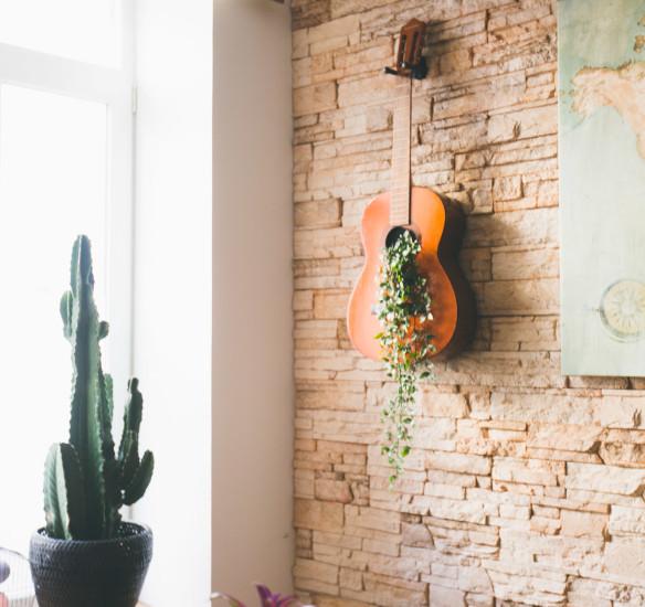 Déco : mur à guitares DIY, verdure et bons plans